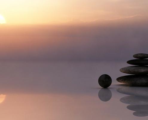 Lebendige Stille, Balance, Himmel und Wasser treffen sich. Auf dem Wasser ruhen Steine - meditatives Bild