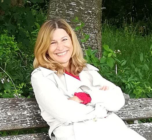 Eliana Fe auf Bank sitzend im Wald